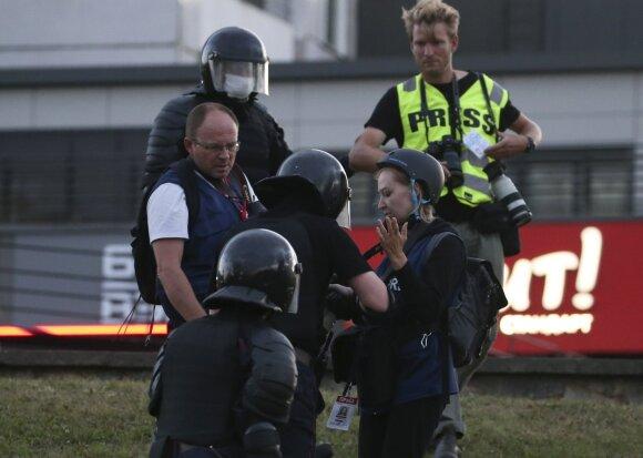 Itin žiaurus jėgos naudojimas: vieną žurnalistą puolė 10 omonininkų