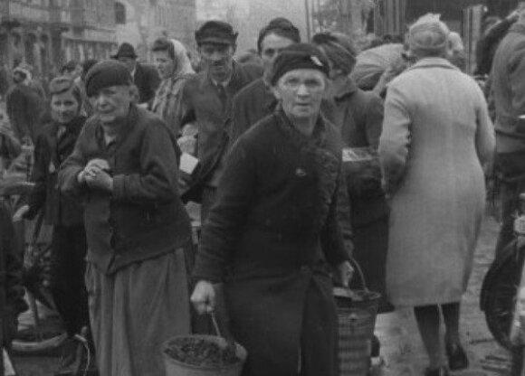 Sušalusių vokiečių civilių eilės prie anglių.