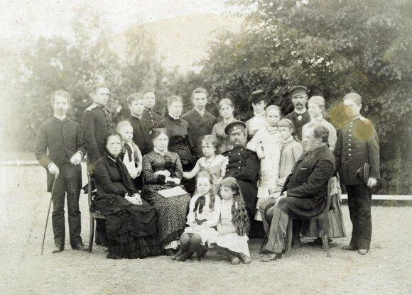 Juozapas Tiškevičius su šeima. Nežinomas fotografas. Apie 1880 m.