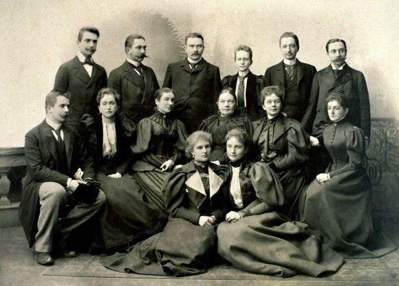 Juozapo Tiškevičiaus šeima po velionio palikimo dalybų. Iš kairės į dešinę stovi: sūnūs – Užutrakio dvarininkas Juozapas (1868–1917), Kretingos dvarininkas Aleksandras (1864–1945), Vilniaus verslininkas ir savivaldybininkas Antanas (1866–1919), duktė Mari