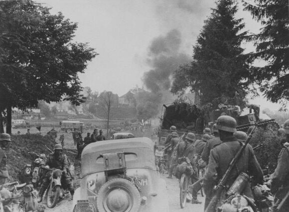 Vermachto 97-osios pėstininkų divizijos kolona juda Dunajevo (Lvovo sristis) gyvenvietės link