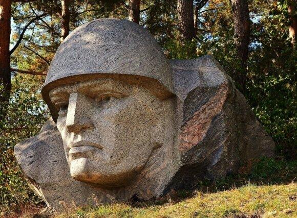 Unikali sovietinio kario skulptūros istorija Alytaus rajone: ginamasi, kad pavaizduotas prancūzas