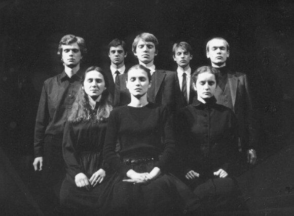 Spektaklyje ANTIGONĖ, Neringa Bulotaitė – pirma iš kairės