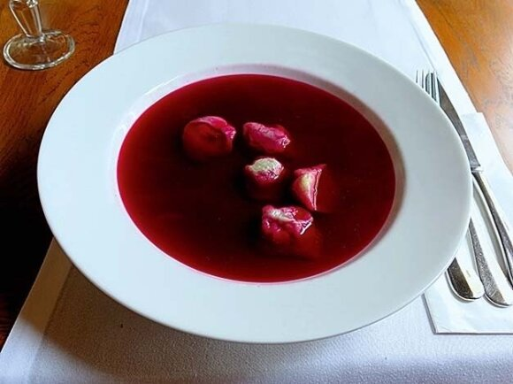 Skaidri tarsi sultinys burokėlių sriuba