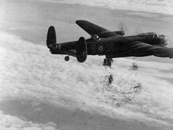 Britų Avro Lancaster bombonešis meta priešo radarus klaidinančias ir priešlėktuvinės gynybos prožektorių šviesą atspindinčias aliuminio folijos juosteles.