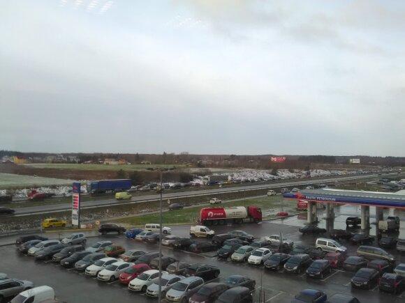 Vilniuje eismo sąlygos itin sudėtingos, gatvėse daugybė avarijų