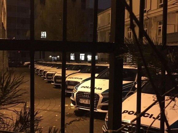 """""""Audi A6"""" automobiliai departamento kieme"""