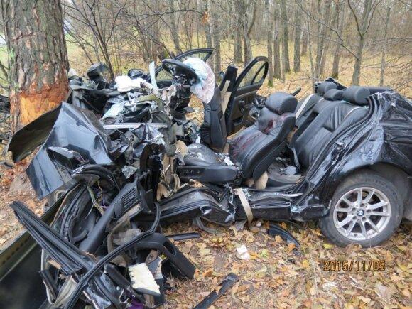 Lapkričio 5 d. Kauno rajone žuvo 19 m. kėdainietis, vairavęs savo tėvo BMW. Jis trenkėsi į medį ir iškart mirė