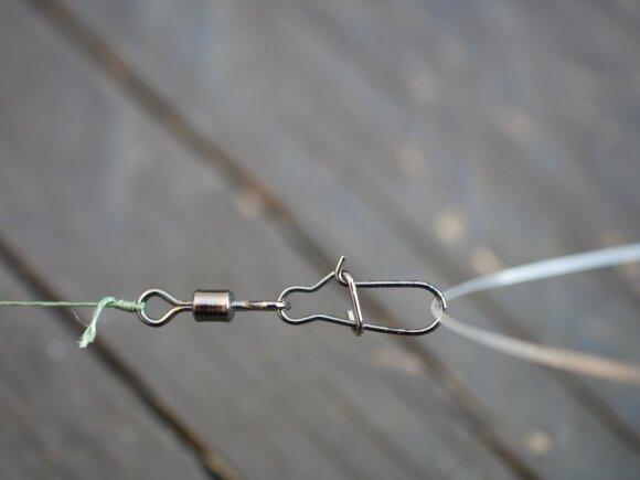 Paprastas šeryklėlės tvirtinimas prie valo panaudojant suktuką su karabinu