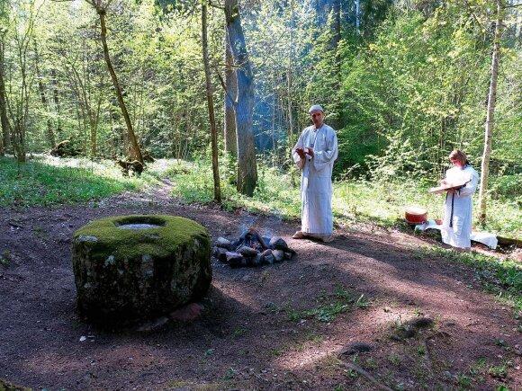 Prie vieno seniausių Lietuvos aukurų Lūžų akmens vyksta teatralizuotos krivių apeigos