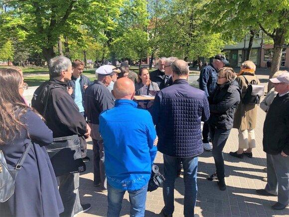 """Panevėžiečiai 3 valandas piketavo prieš kino centro """"Garsas"""" griovimą"""