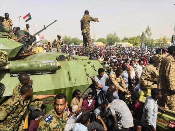 Sudane įvykdytas perversmas, prezidentą nuvertė kariuomenė