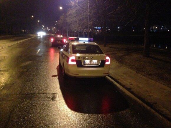 Girtas taksistas nuo policijos bėgo iki Seimo, o ten persirito ant galinės sėdynės ir pareiškė nevairavęs