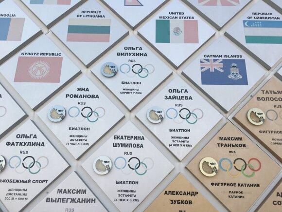 Sočio olimpiniame parke esančioje žaidynių prizininkų garbės lentoje tebesipuikuoja rusų, iš kurių vėliau buvo atimti medaliai, pavardės