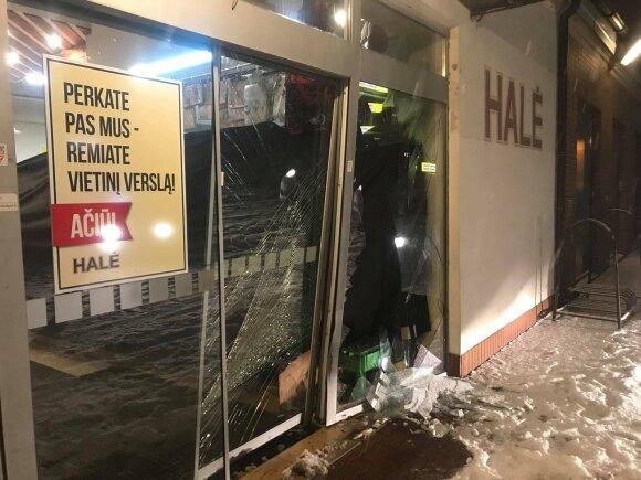 """Šilutėje """"Audi"""" bandė įvažiuoti į parduotuvę, vairuotojas pabėgo, bet buvo surastas"""