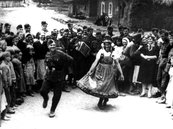 Vokiečių kariai ir civiliai gyventojai linksminasi. Sovietų Rusija 1941 m.
