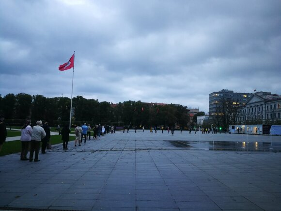 Eilė išankstinio balsavimo punkte Lukiškių aikštėje.