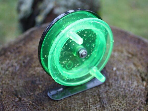 Iš plastiko ir metalo pagaminta didesnė skirta žūklei blizgutėmis arba švytuoklėmis
