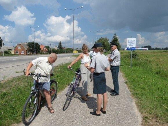 Už ką policininkai dviratininkus vaišino ledais?