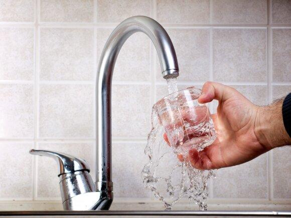 Kavinių lankytojus vėl piktina stalo vandens kainos: tai – absurdas