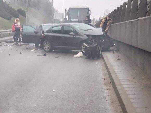 В Вильнюсе столкнулись три автомобиля: пострадали женщина и ребенок