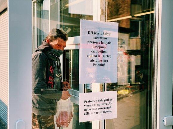 Распивающие алкоголь за магазином мужчины не обращают внимания на карантин: сидят вместе без масок и ругают власть