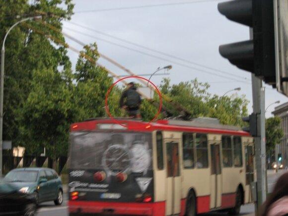 Chłopiec na trolejbusie
