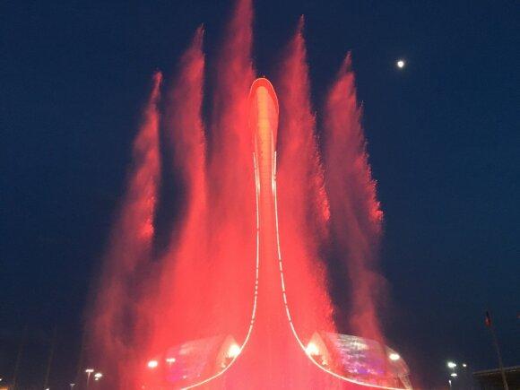 Vakarais olimpinio deglo papėdėje ima šokti fontanai