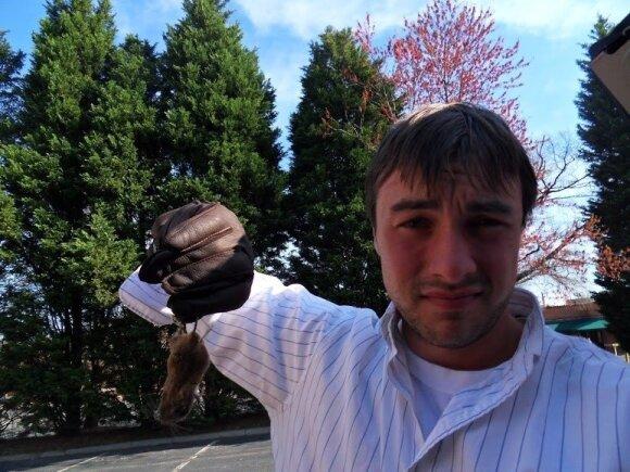 Kenas Ilgunas su užmušta pele