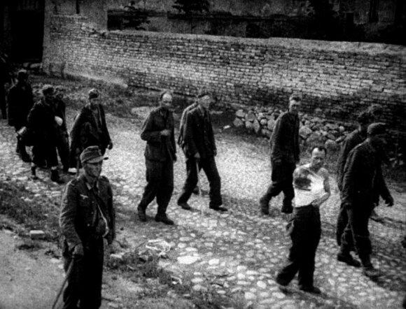 Šv. Kazimiero gatve vedami vokiečių belaisviai.Kadras iš sovietinės kino kronikos. LCVA kino dokumentų skyrius.