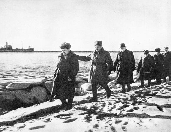A. Sniečkus su karininkais ant šiaurinio Klaipėdos uosto molo