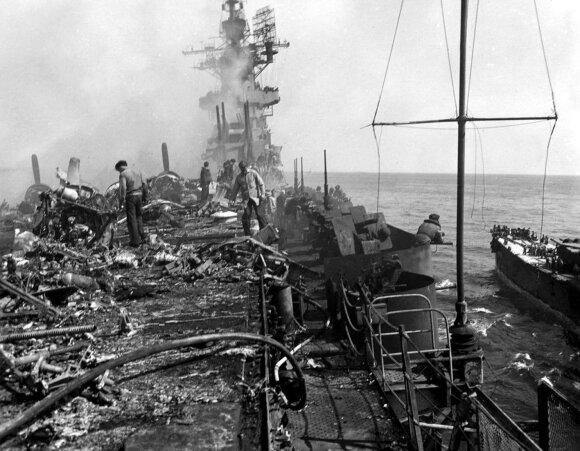 Jungtinių Valstijų karo laivo denis po to, kai į jį rėžėsi japonų pilotas-mirtininkas