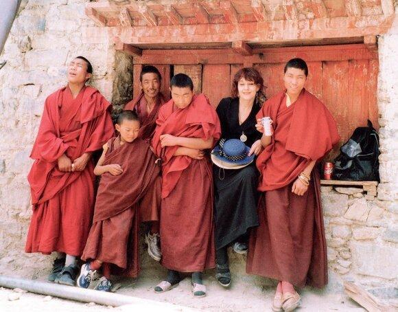 Jurga Ivanauskaitė. Su budistais vienuoliais Tibete, 1998.