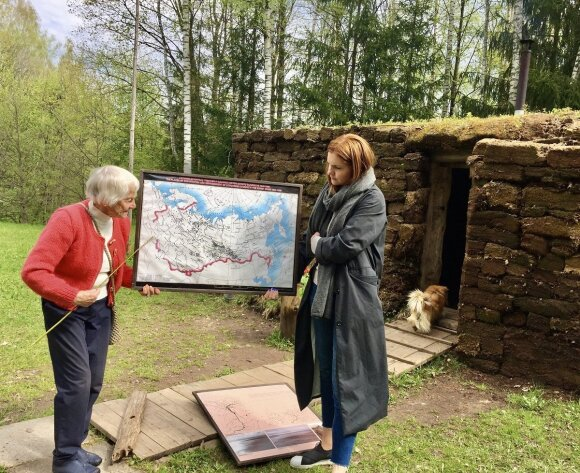 Monika ir tremtinė Irena Saulutė Špakauskienė pasakoja keliautojams jos tremties istoriją