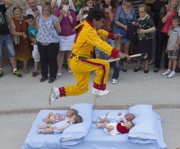 """Pamatykite: taip iš kūdikių išvaromi velniai <span style=""""color: #ff0000;""""><sup>FOTO</sup></span>"""