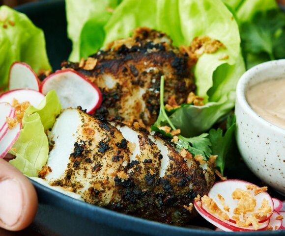 Kepsninėje kepta menkė, pagardinta veganišku majonezo padažu