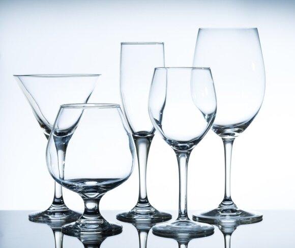 Kaip lengvai nuvalyti apnašas nuo stiklinių indų ir grąžinti jiems spindesį