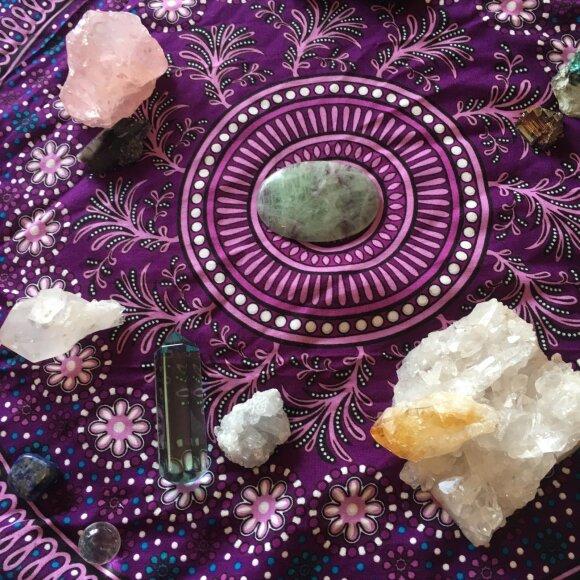Kaip išsirinkti ir nešioti akmenis, kad jie pritrauktų sėkmę