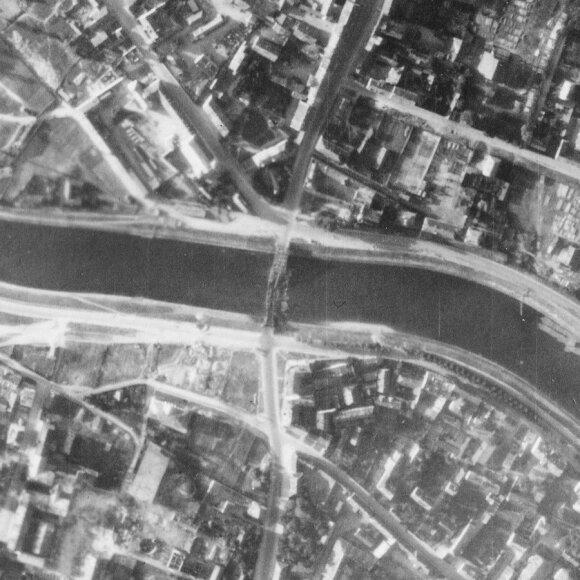1944 m. liepos 9 d. žvalgybinės vokiečių nuotraukos fragmentas. Matomas susprogdintas Žaliasis tiltas ir jo aplinka. (Šaltinis: JAV nacionalinis archyvas The National Archives at College Park)