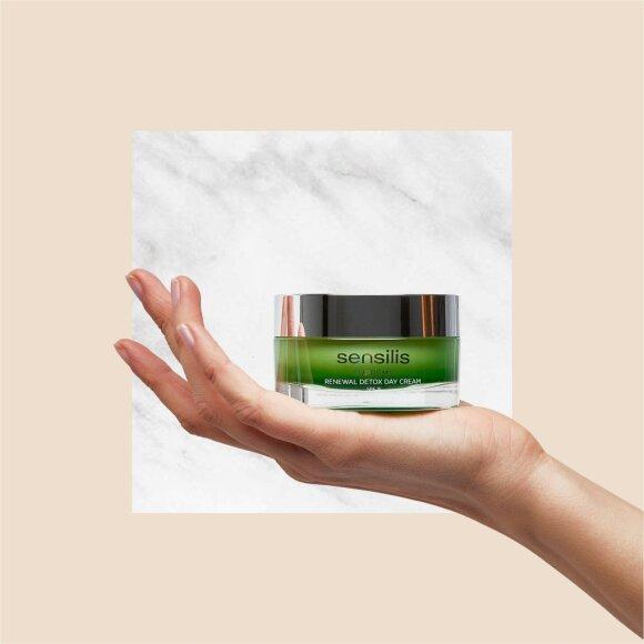 """""""Eurovaistinės"""" grožio specialistės patarimai, turinčioms jautrią odą: odos jautrumą gali sukelti hormoniniai pokyčiai, vaistai, stresas, netinkama mityba"""