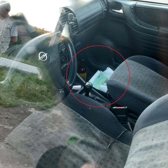 """Įsiutino policijos elgesys: po sulaikymo automobilį """"numetė"""" gatvėje, dokumentus – išbarstė salone"""