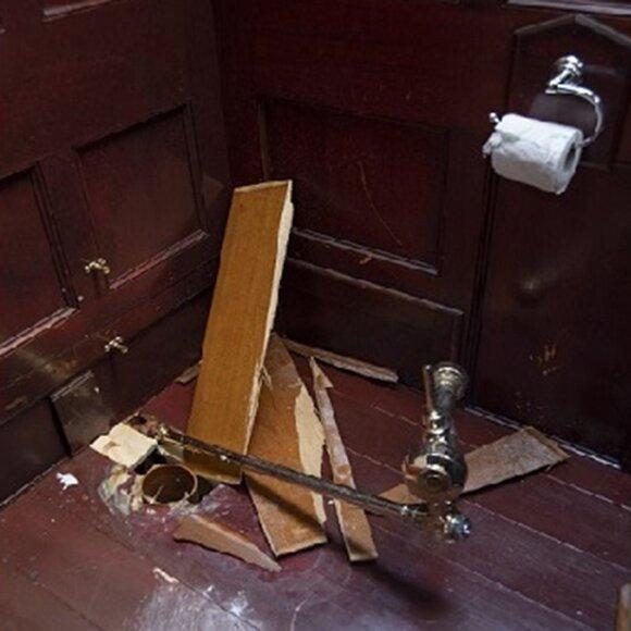 """Vogtu """"Volkswagen Golf"""" iš Blenheimo rūmų  buvo pavogtas auksinis tualetas / Temzės policijos nuotr."""