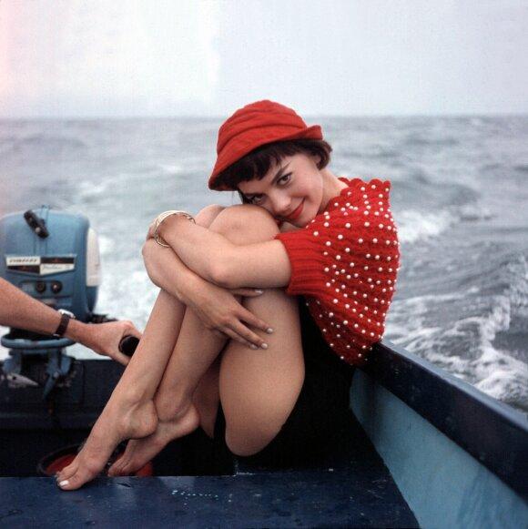 Aktorė Natalie Wood pozuoja laive, 1956 m.