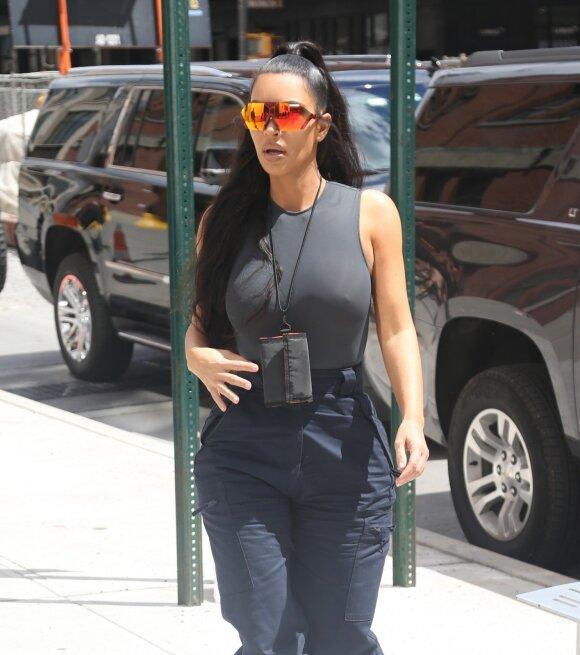 Be liemenuko pasirodžiusi Kim Kardashian traukė visų aplinkinių žvilgsnius
