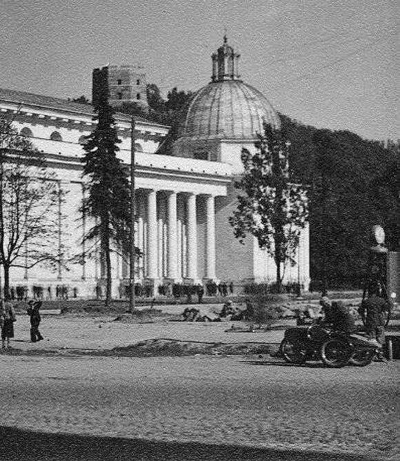 Fotografo J.Bulhako nuotraukoje 1938 metais rekonstruojama katedros aikštė. Nuotraukoje matyti ir pirmoji Vilniaus benzino kolonėlė, prie kurios sustojęs motociklas.