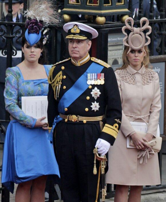 Princas Andrew su princesėmis Eugenie (kairėje) ir Beatrice