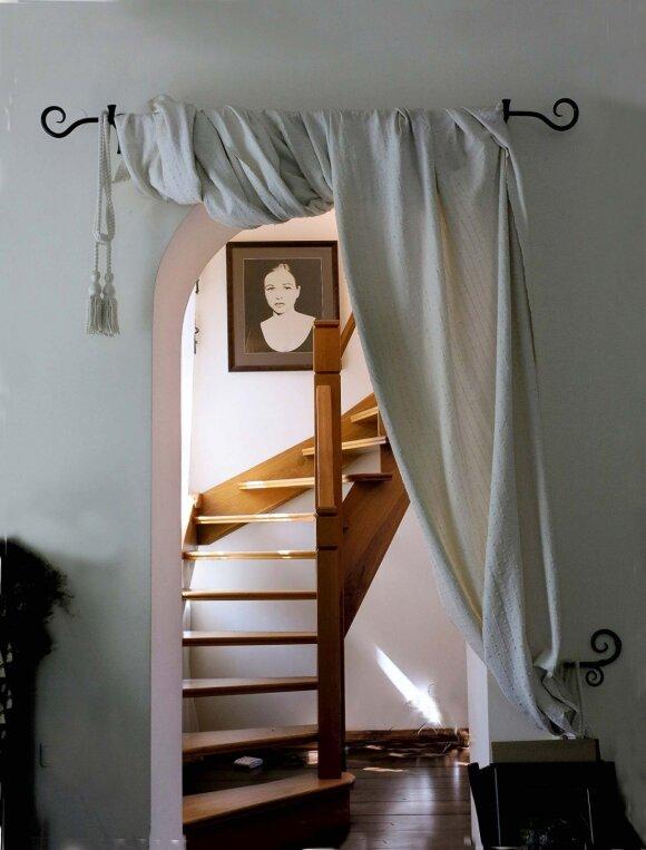 Virš laiptų kabantis fotoportretas klaidina. Jame Jurgita nelabai atpažįstama
