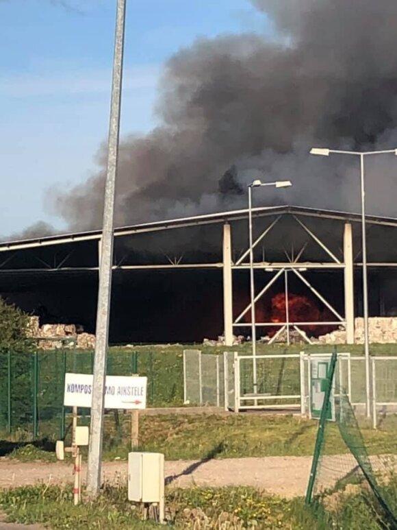 Большой пожар на свалке в Мариямполе: горит пластик