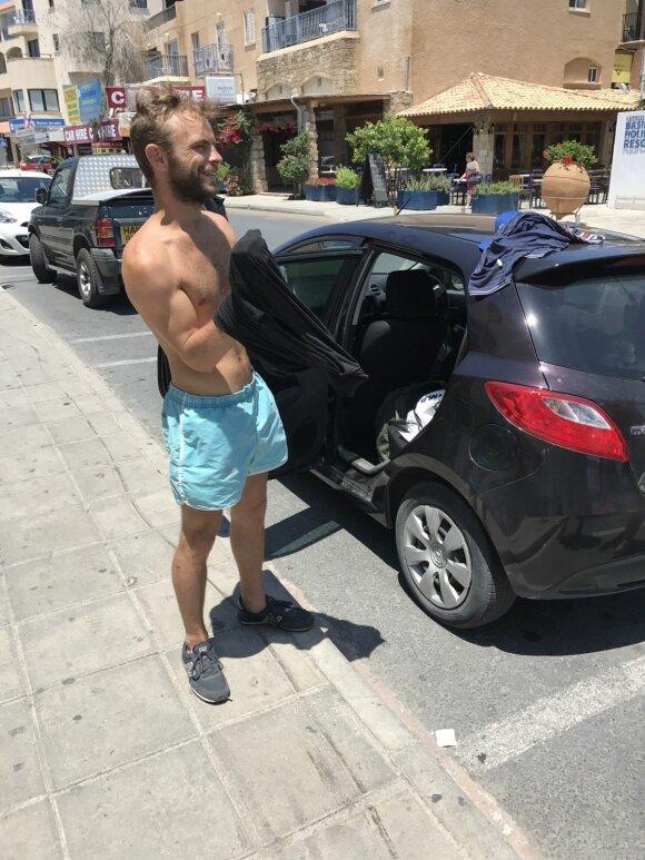 Delfi Kelionių ambasadoriaus, žurnalisto Orijaus Gasanovo padovanoti marškinėliai išgelbėjo lietuvį. Justinas persirengė iškarto gatvėje.