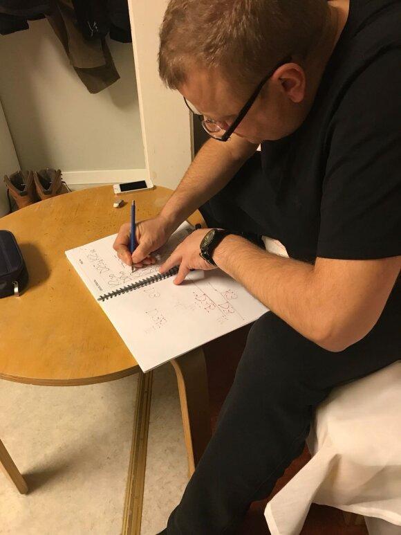 Donatas Zvicevičius tvarkosi užrašus po greičio ruožų susirašymo